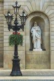 Luzes e estátua de rua foto de stock
