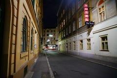 Luzes e linha de construções ruas da noite do centro urbano Imagens de Stock