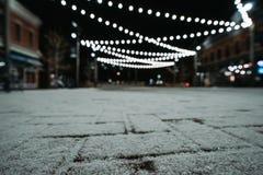 Luzes e neve do centro na noite imagens de stock