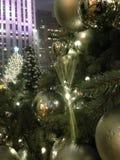 Luzes e ornamento da bola em uma árvore de Natal com gotas da chuva após a chuva na noite Fotografia de Stock