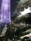 Luzes e ornamento da bola em uma árvore de Natal com gotas da chuva após a chuva na noite Imagens de Stock