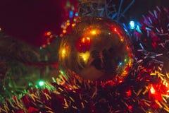 Luzes e ouropel brilhantes da árvore de Natal Fotografia de Stock Royalty Free