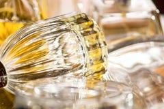 Luzes e reflexões das cores em umas garrafas de perfume Fotografia de Stock