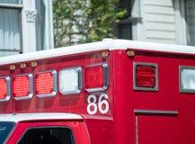 Luzes e sirenes na parte superior de um caminhão da ambulância Imagem de Stock