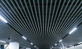 Luzes e sistema de ventilação na linha longa no teto da construção escura de Hall Ceiling da exposição da construção industrial d imagens de stock
