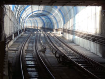 Luzes e sombras em um túnel curvado do metro Fotos de Stock Royalty Free