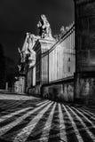 Luzes e sombras no quadrado de pedra na frente do castelo de Praga Fotografia de Stock