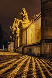 Luzes e sombras no quadrado de pedra na frente do castelo de Praga Fotografia de Stock Royalty Free