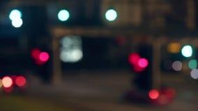 Luzes e tráfego muito borrados do semáforo no movimento Lapso de tempo filme
