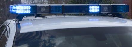 Luzes em um cruzador marcado da polícia fotos de stock royalty free