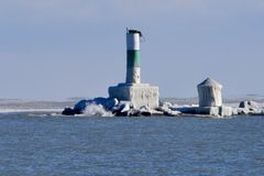 Luzes encerradas gelo do guia do quebra-mar Imagens de Stock Royalty Free