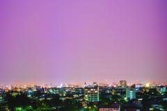 Luzes escuras de construção na noite fotos de stock royalty free