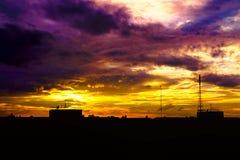 Luzes escuras de construção no crepúsculo da noite e da natureza fotografia de stock royalty free