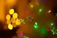 Luzes estrelados da árvore de Natal e fundo do bokeh Foto de Stock Royalty Free