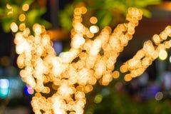 Luzes exteriores decorativas borradas da corda de Bokeh que penduram na árvore no jardim na noite imagem de stock royalty free