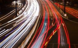 Luzes grandes do carro da estrada de cidade na noite Fotos de Stock Royalty Free