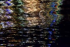 Luzes na água do mar escura Fotografia de Stock