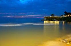 Luzes nocturnas e o mar Imagens de Stock