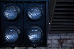 Luzes para filmar no fundo da sala industrial imagens de stock