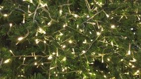 Luzes que iluminam decorações na árvore de Natal filme