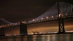 Luzes, San Francisco e Oakland da ponte da baía video estoque