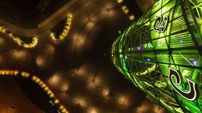 Luzes verdes da atração turística que brilham na noite, férias em Batumi, Geórgia video estoque