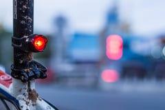 Luzes vermelhas da cauda de um Mountain bike foto de stock royalty free
