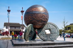 Luzhi镇、苏州市, & x22; 三coins& x22;雕塑 免版税库存照片
