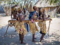 Luzibalule, Намибия - 13-ое августа 2015: Традиционно одетые африканские женщины танцуя к музыке, деревня Lizauli традиционная стоковое изображение