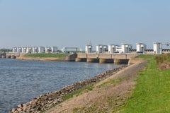 Śluzy w holenderze Afsluitdijk dla drenarskiej wody jeziorny IJsselmeer Zdjęcie Stock