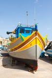 Luzzu,传统被注视的渔船 库存照片
