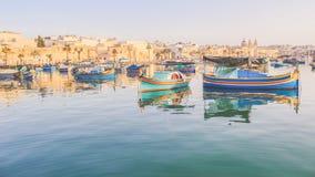 Luzzu,传统马尔他被注视的小船, Marsaxlokk海湾 图库摄影