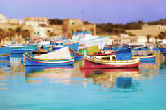 Luzzus en el acceso de Marsascala, Malta Foto de archivo libre de regalías