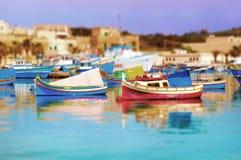 Luzzus sulla porta di Marsascala, Malta Fotografia Stock Libera da Diritti