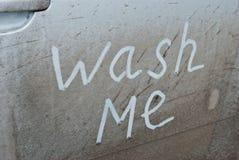Láveme escrito en un coche sucio Foto de archivo
