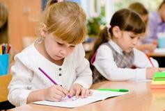 Élèves d'école primaire pendant l'examen Images stock
