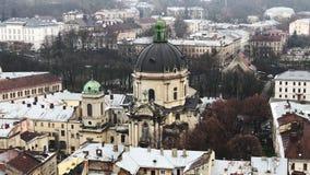 Lviv, Ουκρανία αρχαία πόλη Στέγες των παλαιών σπιτιών Ο ιστορικός καθεδρικός ναός αρχιτεκτονική όμορφη απόθεμα βίντεο