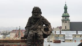 Lviv, Ουκρανία Το άγαλμα Οι στέγες της παλαιάς πόλης το χειμώνα φιλμ μικρού μήκους