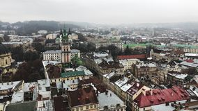 Lviv, Ουκρανία πόλη παλαιά Στέγες των παλαιών σπιτιών με το χιόνι φιλμ μικρού μήκους