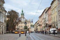 Lviv, Ουκρανία, 16 Σεπτεμβρίου, 2013 Άνθρωποι που περπατούν στο ιστορικό κέντρο Lviv Στοκ φωτογραφίες με δικαίωμα ελεύθερης χρήσης