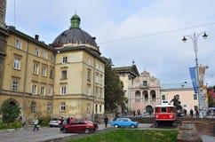 Lviv, Ουκρανία, 16 Σεπτεμβρίου, 2013 Άνθρωποι που περπατούν στο ιστορικό κέντρο Lviv Στοκ Εικόνες