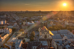 LVIV, ΟΥΚΡΑΝΊΑ - 11 ΣΕΠΤΕΜΒΡΊΟΥ 2016: Πόλη Lviv στην Ουκρανία Παλαιά πόλη με το Δημαρχείο και τον πύργο Στοκ Φωτογραφίες