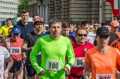 LVIV, ΟΥΚΡΑΝΊΑ - ΤΟΝ ΑΠΡΊΛΙΟ ΤΟΥ 2016: Οι συμμετέχοντες του τρεξίματος αθλητών μαραθωνίου αρχίζουν παίρνουν την προοπτική της ελε Στοκ εικόνα με δικαίωμα ελεύθερης χρήσης