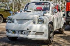 LVIV, ΟΥΚΡΑΝΊΑ - ΤΟΝ ΑΠΡΊΛΙΟ ΤΟΥ 2016: Παλαιό εκλεκτής ποιότητας άσπρο αναδρομικό αυτοκίνητο ZAZ πολυτέλειας με τις ρόδες χρωμίου Στοκ Εικόνες