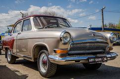 LVIV, ΟΥΚΡΑΝΊΑ - ΤΟΝ ΑΠΡΊΛΙΟ ΤΟΥ 2016: Παλαιό εκλεκτής ποιότητας αναδρομικό αυτοκίνητο Βόλγας πολυτέλειας με τις ρόδες χρωμίου Στοκ φωτογραφία με δικαίωμα ελεύθερης χρήσης
