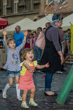 LVIV, ΟΥΚΡΑΝΊΑ - ΤΟΝ ΑΎΓΟΥΣΤΟ ΤΟΥ 2016: Τα μικρά παιδιά που πιάνουν το σαπούνι βράζουν στην πόλη, παίζοντας, χαρούμενος και ακτιν Στοκ εικόνες με δικαίωμα ελεύθερης χρήσης