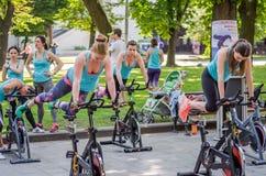 LVIV, ΟΥΚΡΑΝΊΑ - ΤΟΝ ΙΟΎΝΙΟ ΤΟΥ 2016: Το νέο γοητευτικό αθλητικό κορίτσι στην οδό παρουσιάζει διαφορετικές ασκήσεις στην ικανότητ Στοκ φωτογραφία με δικαίωμα ελεύθερης χρήσης