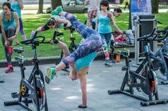 LVIV, ΟΥΚΡΑΝΊΑ - ΤΟΝ ΙΟΎΝΙΟ ΤΟΥ 2016: Το νέο γοητευτικό αθλητικό κορίτσι στην οδό παρουσιάζει διαφορετικές ασκήσεις στην ικανότητ Στοκ Εικόνες