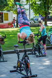 LVIV, ΟΥΚΡΑΝΊΑ - ΤΟΝ ΙΟΎΝΙΟ ΤΟΥ 2016: Το νέο γοητευτικό αθλητικό κορίτσι στην οδό παρουσιάζει διαφορετικές ασκήσεις στην ικανότητ Στοκ Φωτογραφίες