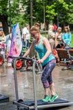 LVIV, ΟΥΚΡΑΝΊΑ - ΤΟΝ ΙΟΎΝΙΟ ΤΟΥ 2016: Το νέο γοητευτικό αθλητικό κορίτσι στην οδό παρουσιάζει διαφορετικές ασκήσεις στην ικανότητ Στοκ Εικόνα